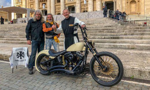 Die Jesus-Biker und Pater Karl Wallner überreichten im Mai Papst Franziskus das Motorrad