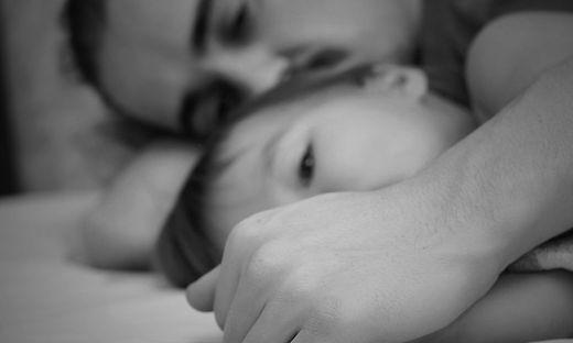 Liebevoll kümmern sich Eltern um ihr schwer behindertes Kind (Foto gestellt)