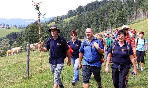 Reinhold Waldhaus (links) lädt zur ersten 24-Stunden-Wanderung in der Lipizzanerheimat