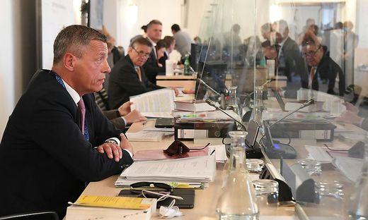 Der (inzwischen suspendierte) Sektionschef Christian Pilnacek im Untersuchungsausschuss. Im Hintergrund der ÖVP-Abgeordnete Hanger.