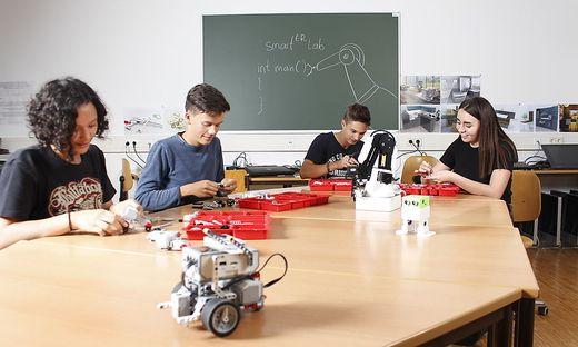 """Schüler der ersten Klasse """"Robotik und Smart Engineering"""" in Ferlach beim Zusammenbau eines autonomen Roboters mit Lego Mindstorms EV3"""