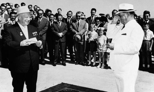 Der Mann, der Jugoslawien war: Tito heißt den Sojetführer Nikita Chruschtschow 1963 in Belgrad willkommen