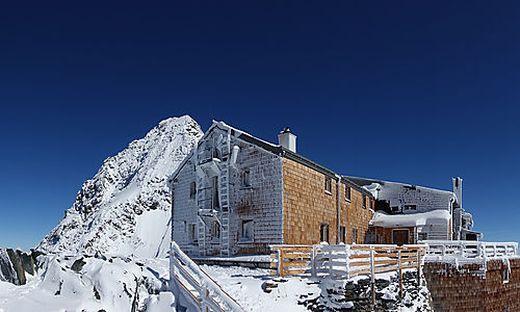 Für die Erzherzog-Johann-Hütte auf der Adlersruhe auf 3454 Meter wurde von SW Umwelttechnik eine vollbiologische Kläranlage mit integriertem Fettabscheider eingebaut. Die Anlieferung der Einzelteile erfolgte per Helikopter