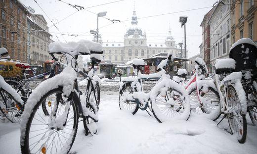 Eingeschneite Fahrräder vor dem Grazer Rathaus