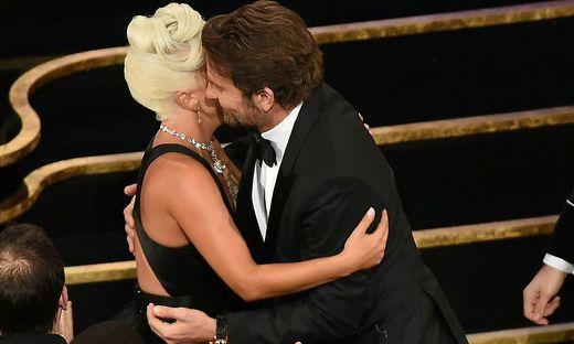 Auf der Bühne knisterte es zwischen Bradley Cooper und Lady Gaga.