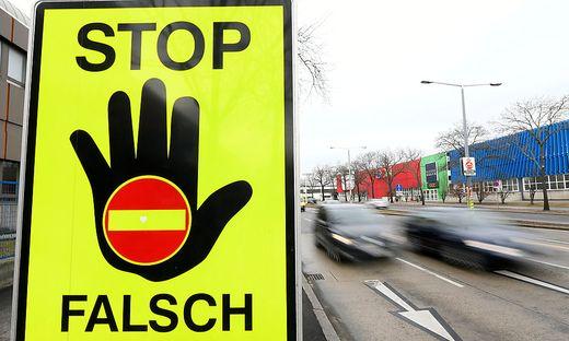 Ein 76-jähriger Pkw-Lenker fuhr bei Villach falsch auf die A2 auf (Symbolbild)