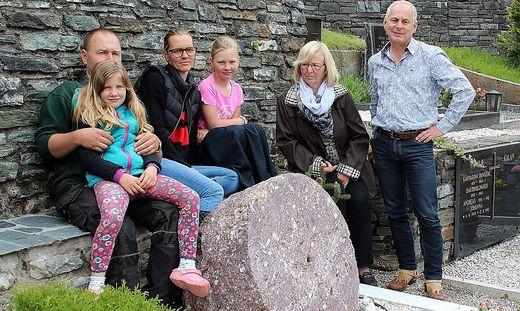 Der Mühlstein auf dem Friedhof von Bad Eisenkappel erzählt nicht nur die Geschichte der Familie Stern, sondern ist ein historisches Dokument