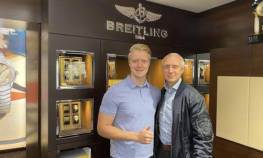 Gerald Schützlhoffer (r.) mit seinem Sohn Paul vor dem bereits bestehenden ´Breitling Corner´. Ende November kommt ein Flagship-Store der Luxus-Uhrenmarke