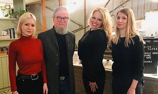Die Familie Gilma begrüßt Pamela Anderson ihrem Grazer Lokal