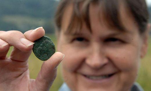 Regina Barlovits mit einer Münze aus der Römerzeit