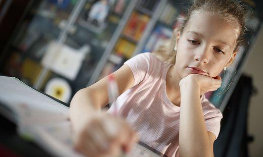 Häuslicher Unterricht ist nicht zu verwechseln mit dem Distance Learning, in dem die Kinder von Lehrern Unterricht werden und Pläne erhalten