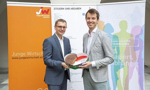 JW-Vorsitzender Christoph Kovacic (l.) und JI-Vorsitzender Dominik Santner fordern eine Senkung der Steuerlast.