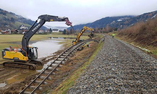 Mithilfe von Baggern wird die durch Unwetter zerstörte Gleisanlage wieder hergestellt