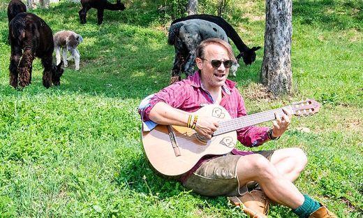 Leo Aberer während des Drehs am Hof der Familie Zöhrer