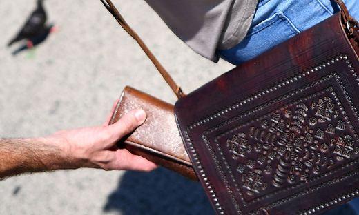 Handtaschendiebstahl (Sujetbild)