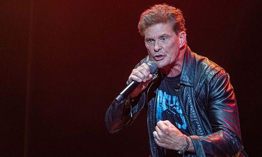 """Mit """"Baywatch"""" drehte er eine der erfolgreichsten Serien aller Zeiten, als Sänger war er der """"Night Rocker"""""""