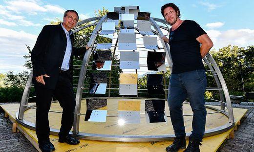 Armin Guerino und Gerhard Fresacher (links) haben das temporäre Kulturwahrzeichen Bachmann-Kuppel entworfen: Eröffnungsperformance am Neuen Platz Klagenfurt