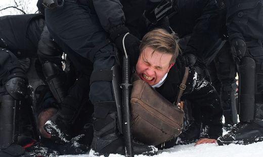 Die Staatsmacht ging so wie hier in Sankt Petersburg mit aller Härte gegen die Demonstranten vor