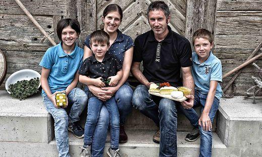 Familie Jankl auf ihrem Betugger-Hof in Wöllach