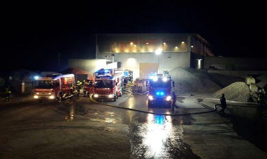 Rund 250 Einsatzkräfte sind am Mittwochabend bei einem Großbrand in Hürm (Bezirk Melk) im Einsatz gestanden