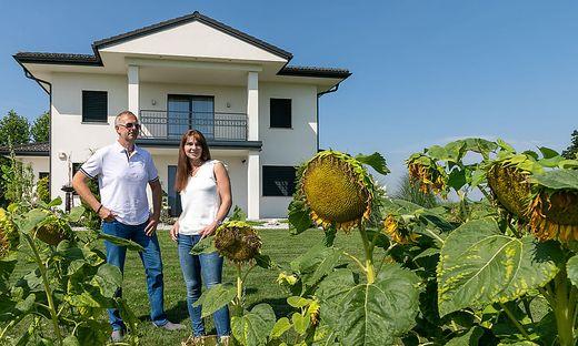 Vor dem Neubau von Familie Riedl blühen unzählige Sonnenblumen um die Wette.