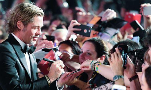 Brad Pitt schrie in Venedig fleißig Autogramme.