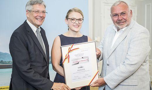 Die Preisträgerin 2018, Denise Wornig, mit LH Peter Kaiser und Förderer Alfred Gusenbauer
