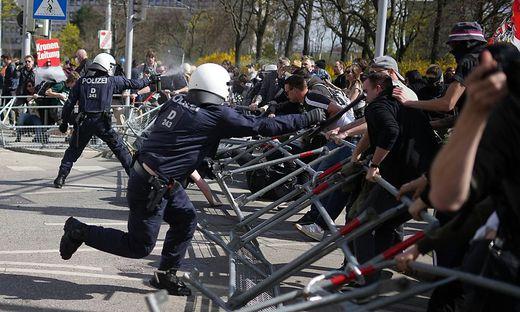 """Anti-Lockdown-Party im Schweizergarten: Mit einem """"Picknick"""" begann es, doch wie zu erwarten wurde ein Protestzug daraus. Die Polizei schritt ein."""