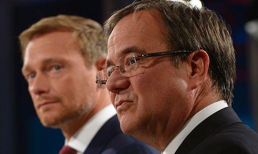 Christian Lindner (FDP, links)  als ein Mann der Stunde – Armin Laschet (CDU, rechts) fortan mehr Moderator als Chef