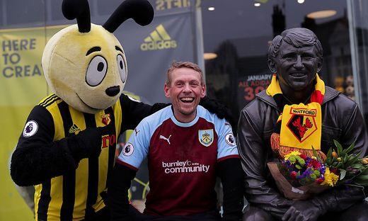 Scott Cunliffe, hier im Bild im dem Maskottchen des FC Watford