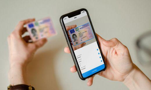 Ein Mobiltelefon scannt einen österreichischen Führerschein mit Anyline-Technologie
