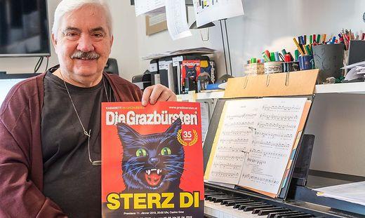 Gerhard Wanker mit seinen Grazbürsten