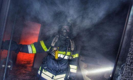 Die Atemschutzräger kämpften gegen echte Flammen an