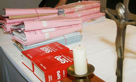 Ein pensioniertes Ehepaar stand wegen staatsfeindlicher Verbindungen am Freitag in Klagenfurt vor Gericht. Die Anklageschrift umfasst 119 Seiten (Symbolfoto)