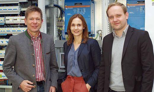 """FH-Dozent Josef Bärnthaler (l.) mit Martina Weissenbacher und Alois Kraussler von """"4ward Energy"""" im Elektrolabor der FH Joanneum"""