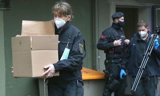 """""""Zufallsfunde"""" bei Hausdurchsuchungen  - hier ein Bild aus Deutschland - führen oft zu neuen Ermittlungen"""