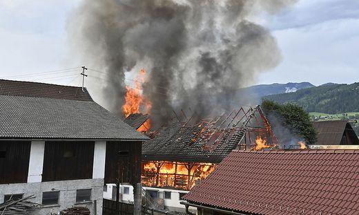 Viele Kilometer weit war die Feuersäule des Brandes in Kamering zu sehen. Elf Wehren löschten das Feuer