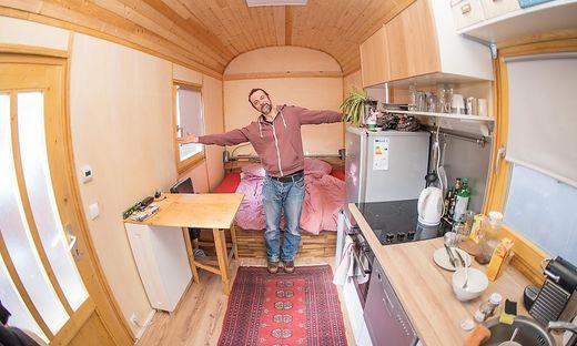 Peter Schlacher in seinem selbst gebauten Zirkuswagen