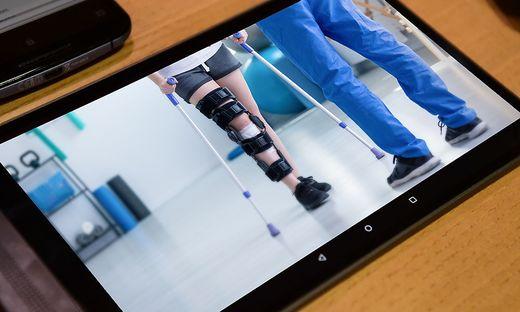 Therapiestunde am Tablet: Eine Forschungsgruppe untersucht die Möglichkeiten von Tele-Reha