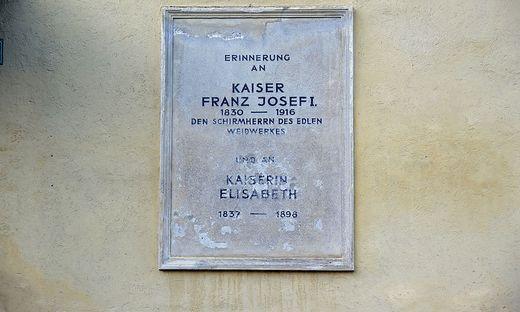 Diese Tafel in Neuberg erinnert an die Jagdaufenthalte von Kaiser Franz Joseph I.