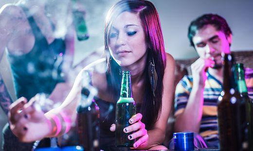 Anteil der Menschen mit problematischem Alkohol- und Drogenkonsum geht zurück