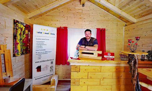 Daniel Koch mit dem Naturbaustoff aus nachwachsenden Ressourcen