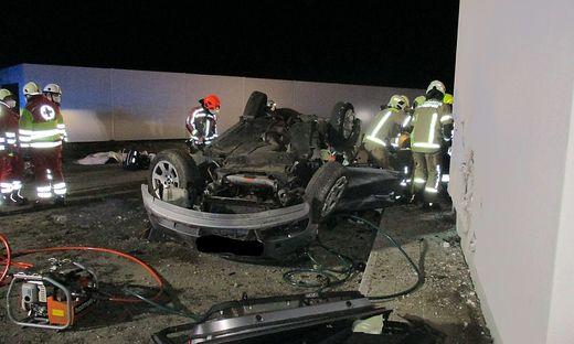 Das Auto war infolge eines seitlichen Aufpralls an der Hausfassade am Dach liegen geblieben