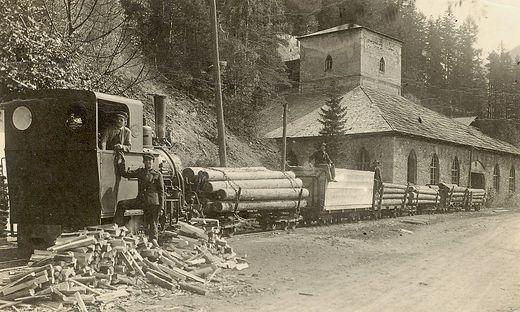 Eine Waldbahngarnitur, gezogen von der Krauss-Lokomotive, vor dem ehemaligen Schmelzofen Alfred-Hütte in Steinhaus am Semmering