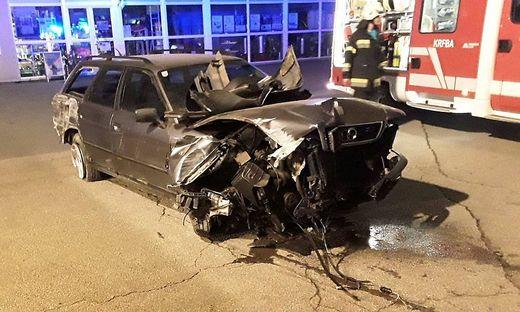 Das Fahrzeug wurde beim Aufprall mit dem Zaun schwer beschädigt