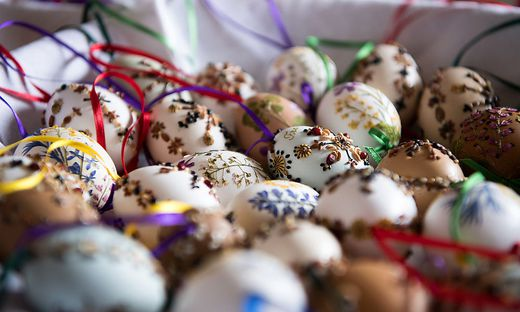 Die Eier werden händisch beklebt