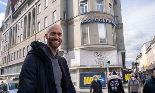Niceshops-Geschäftsführer Christoph Schreiner vor der Baustelle