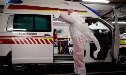 Sanitäter wollen wissen, ob sie zu einem Infizierten fahren