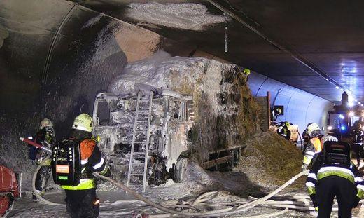 Mit Heu beladener Lkw brannte in Pfändertunnel