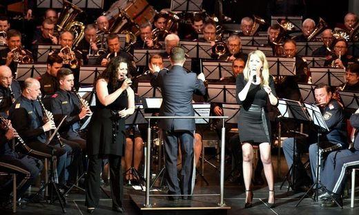 Die Polizeimusik mit den beiden Solistinnen Ulrike Tropper und Marlies Lang